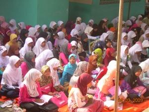 Siswa-siswi sedang antusias mendengarkan ceramah gus Dim