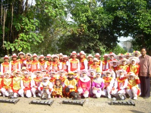 Foto Drumband mejenx saat wisuda purnawiyata 2007/2008